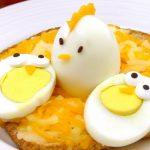 """NOTA BENE: Le uova, surriscaldate troppo, rischiano di esplodere. Per questo è necessario fare molta attenzione alla procedura. Se l'uovo esplode nel microonde può anche danneggiarlo. Nel peggiore dei casi l'urto farebbe aprire lo sportello del fornetto, disperdendo le schegge nell'ambiente circostante. Per evitare del tutto l'eventuale problema, variate provando l'uovo in camicia al microonde secondo la nostra ricetta, squisito! In alternativa aprite l'uovo su della pellicola trasparente, avvolgetelo e lasciatelo cuocere finché il tuorlo non si rapprende. Le uova, in entrambi i casi, non differiranno molto dalle uova sode, l'unica differenza starà nella presentazione: mentre """"il sodo"""" mantiene la forma originale, quello in camicia assume le dimensioni che gli sono state date con la pellicola. Infine: Non utilizzate uova con il guscio rotto –> esplodono! Proteggete sempre i vostri occhi durante la cottura."""